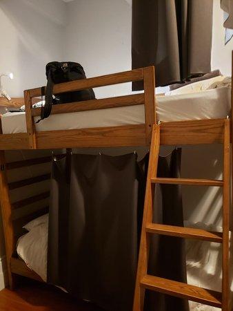As camas tem uma cortina, ótimo para privacidade e cortar a luz.