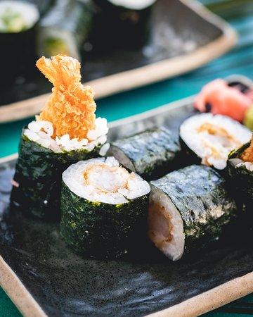 Pequeños rolls de arroz de sushi y nori, rellenos de: - Ebi panko