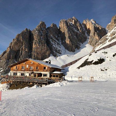 Local acima de 2000 metros, ótimo para esquiar, uma pista longa, um restaurante no topo da colina, vale a pena!