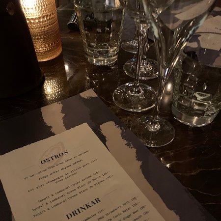 Mysig restaurang. Väntar på kvällens 3-rättersmidddag. Champagnen är god!