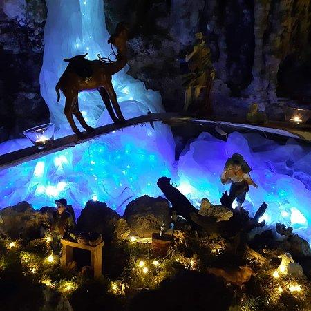 Alcuni dettagli della nona edizione di Natale in Grotta presso le grotte di Rescia. Aperto fino al 2 febbraio 2020