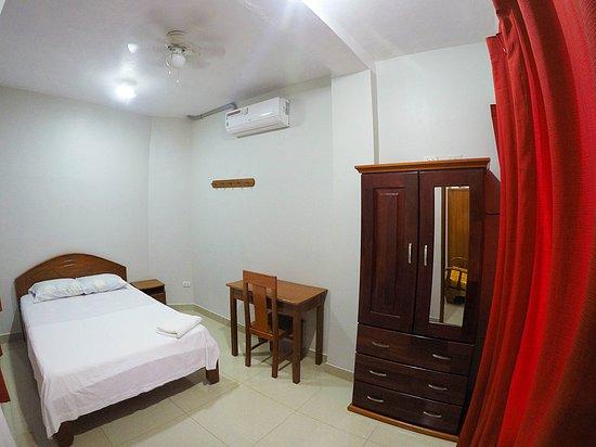 איקיטוס, פרו: en nuestros apartamentos contamos con dormitorios amplios con aire acondicionado, ventilador de techo y armario.