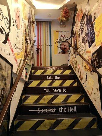 Cafe位於必發大廈1樓,強烈建議一定要行樓梯上嚟 因為呢個樓梯實在係太有趣太玩味,沿路上嚟,令我一度以為自己係咪去錯地方