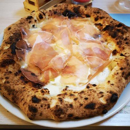 Francavilla Fontana, Taliansko: Da amante della vera pizza napoletana posso affermare, con mia grande gioia, che questa pizzeria ha conquistato un posto nel mio cuore. A partire dal sapore e dall'impasto che si scioglie in bocca, leggera e soprattutto digeribile, una nuvola. Ho potuto gustare due specialità Amalfi e Sofia Loren, ma tornerò sicuramente per provarne altre. Per non parlare del personale super accogliante, disponibile e caloroso, consiglio assolutamente per un'esperienza paradisiaca