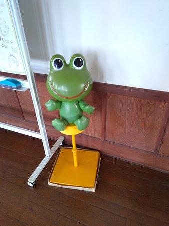 部室の前に置かれたカエルです