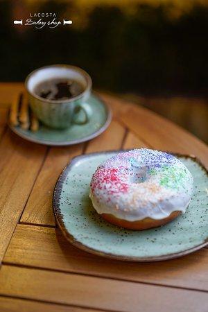 Enjoy with the Freshly Baked Donuts at Lacosta Bakery Shop استمتع بمذاق الدونات المخبوز طازجاً بنكهاته العديدة لدى لاكوستا بيكري شوب