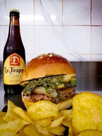 Hamburger del giorno con pesto di basilico e nocciole fatto in casa, zucchine grigliate e caciotta di pecora stagionata in grotta