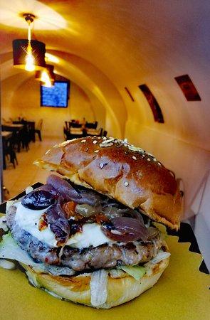 Hamburger con burratina, cipolle caramellate, olive taggiasche, insalata e pomodorini confit
