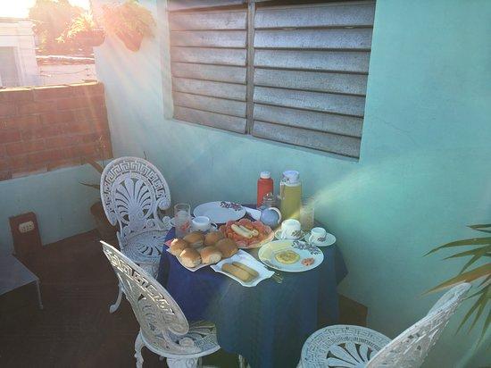 Santa Clara, Cuba: Segunda terraza, en la parte trasera de la habitación, donde se sirve el desayuno. Es muy tranquila y agradable, ideal para el descanso, la lectura y el disfrute de un desayuno rico en pan, huevos, fruta y jugo.