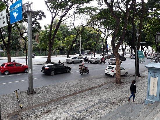 Vista da Avenida Afonso Pena, tomada da escadaria do Palácio da Justiça, ao fundo parte do Parque Municipal
