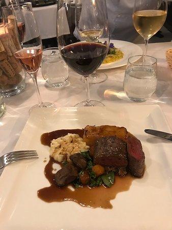 Jälleen unohtumaton ilta tässä ihanassa ravintolassa! Loistava ruoka, erinomaiset viinit, rento ja lämmin tunnelma sekä todella ammattitaitoinen ja ystävällinen henkilökunta... ehdottomasti paras Tampereella!