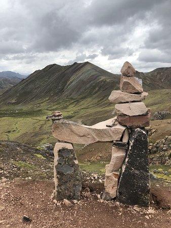 Llama de piedra en ruta a Montaña de Colores