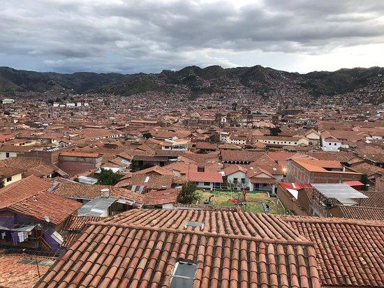 Maravillosa vista del atardecer de Cuzco desde su terraza o desde el mismo bar. Excelente atención y tragos. Gracias Johan por tu excelente atención