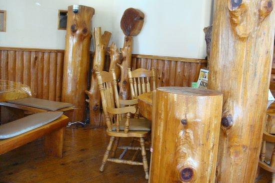 椅子やベンチも木製