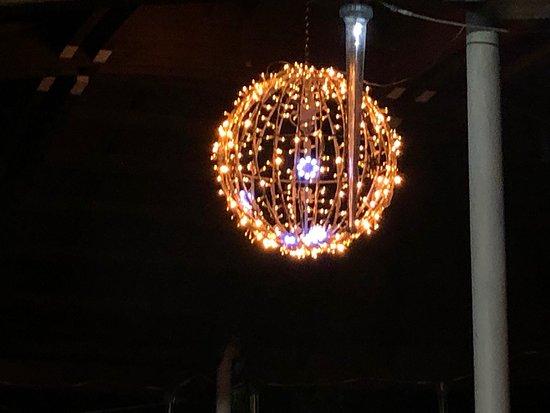 La boule lumineuse centrale du Kiosque de l'Orangerie au Marché de