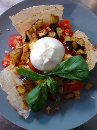 Burratina con melanzane dorate pomodorini ciliegini e pane carasau