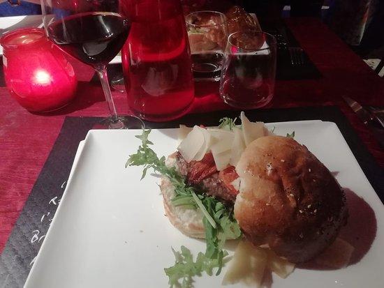 Saint-Jean-de-Tholome, France: hamburger très copieux accompagné de frites maison , le tout exquis