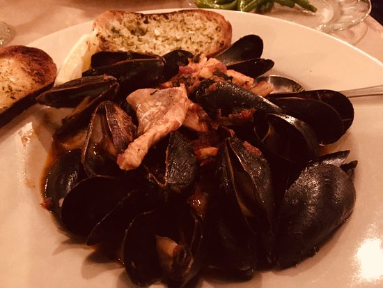 Mussels with garlic and butter appetizer.