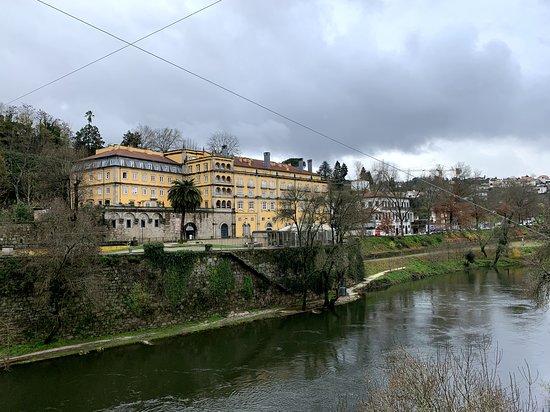 Uma vista do rio que apanha o Hotel Casa da Calçada