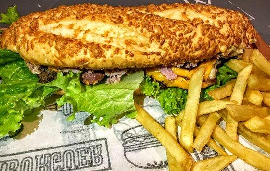 Araruama, RJ: Pão baguete, carne artesanal, queijo e presunto picado, bacon fatiado, alface e molho de calabresa