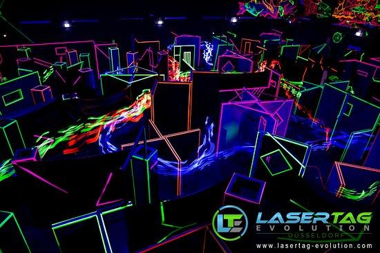 Düsseldorf, Alemania: Ein Blick über das Spielfeld von der deutschlandweit einmaligen LaserTag Zuschauertribüne