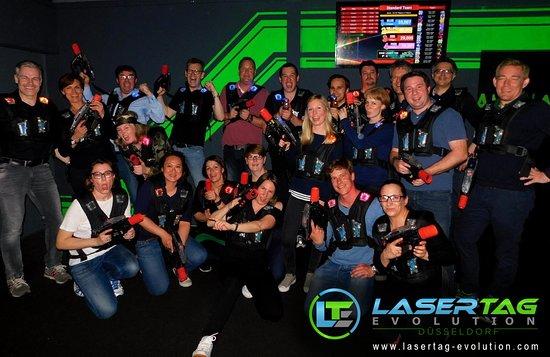 Düsseldorf, Alemania: Es wird ein LaserTag Gruppenfoto geschossen, bevor es auf das Spielfeld geht :)