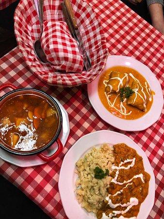 Restaurace je domácí, místní atmosféra. Obsluha pomalá a nebyla úplně příjemná, ale jídlo bylo moc dobré. Pokud člověk hledá místní kuchyni, určitě si zde pochutná.