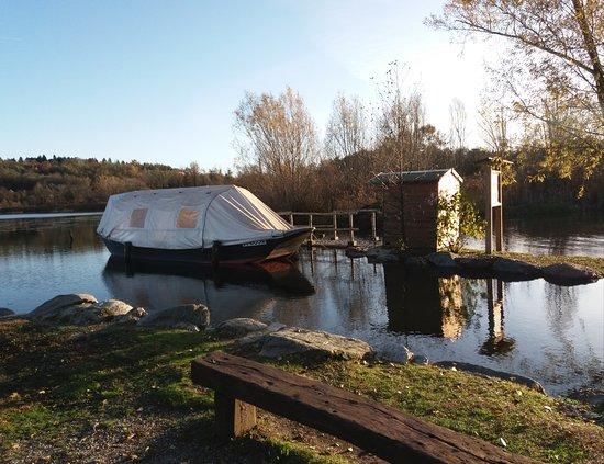 Alserio, إيطاليا: Il lago ed una barca ormeggiata