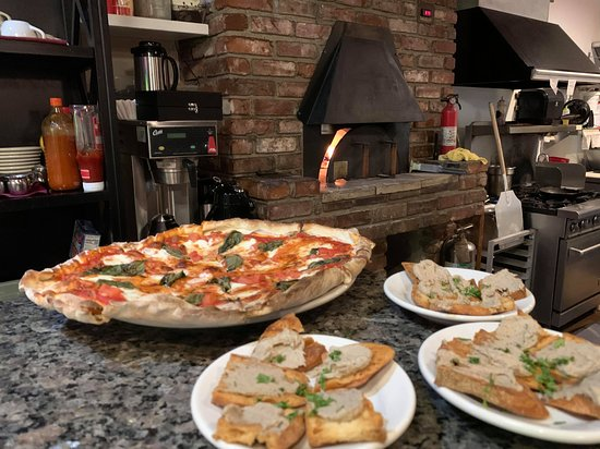 Off Bay Street Bistro: Pizza and Pate, yum!