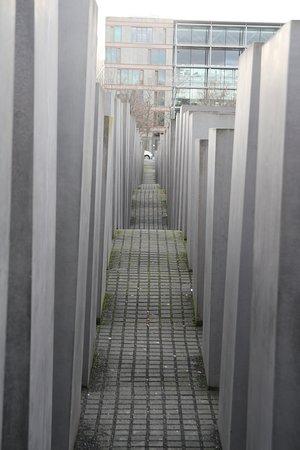 Impressionante...A altura diferente dos blocos,para mim,simboliza as crianças e os adultos mortos.