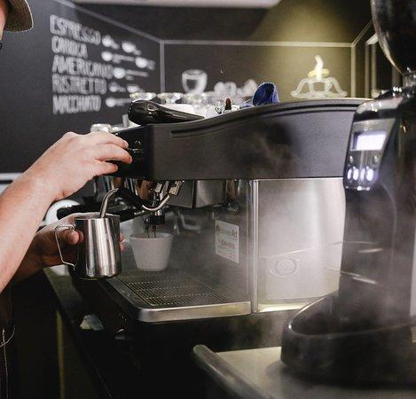 Vaporizar o leite para um cappuccino é uma técnica complexa. Deixar na textura certa para fazer aquela latte art maravilhosa exige muito treino e disciplina.