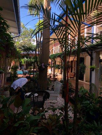 ホテルの中庭。用が無いときはリラックスできる。