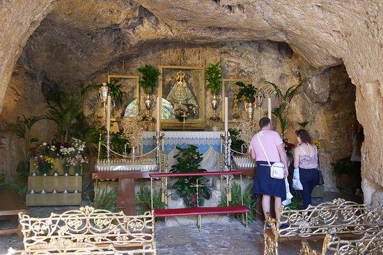 岩を掘り抜いた祭壇