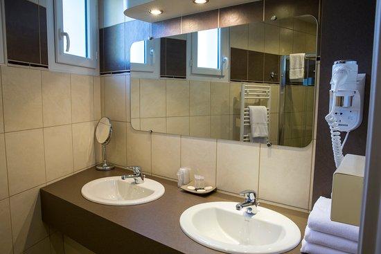 La salle de bain douche italienne de la suite