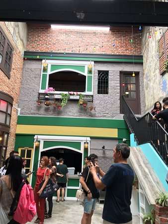 On a rainy day, we visited Concubine Lane where locals are selling a variety of items such as accessories and clothes at reasonable prices. As well, there are tasty desserts that you should not miss. Concubine Lane has many old shophouses built with incredible colonial architecture.