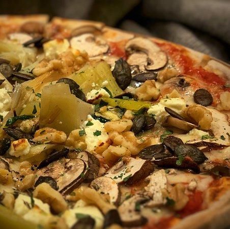 Herrieden, Nemecko: Monatspizza Vegetarisch Novembe: gebrannter Lauch, frische Champignons, gegrillte Zucchini, Feta, geröstete Kürbiskerne, Walnusskrümel