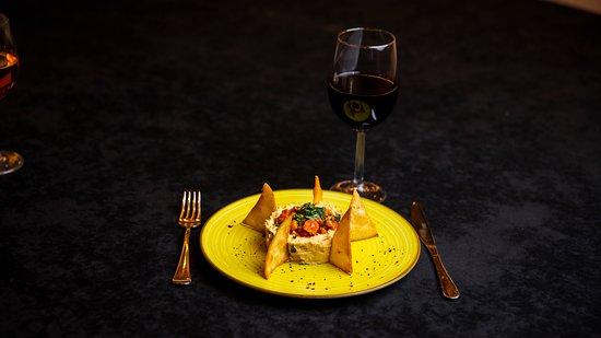 Fall 2019 menu - Humus de casă, servit cu salată Tabbouleh.