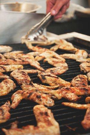 Les ailes de pintade sur le grill... une dépendance peut se créer...   crédit: JHA Photographie