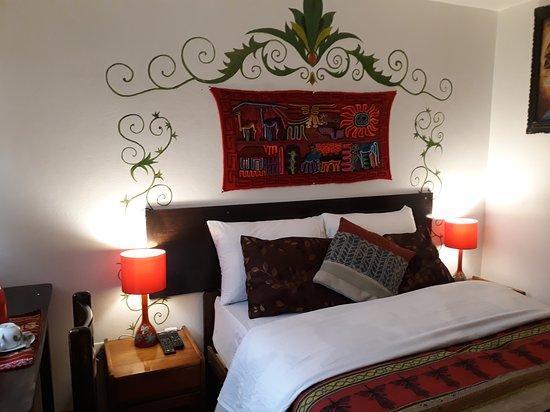 habitacion matrimonial con baño privado, ducha caliente, tv cable y wifi.