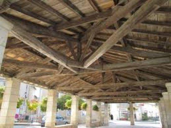 Rouille, Francia: le plafond  en bois les piliers en pierre