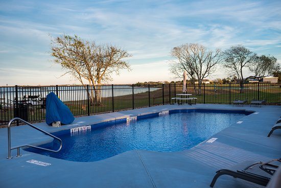 Pool open all year round! Beautiful views