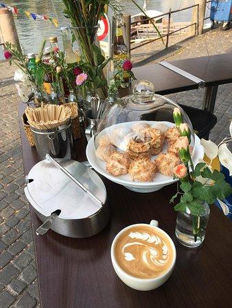 Feiner Cappuccino und verführerische Leckereien aus der hauseigenen Patisserie bei gemütlicher Atmosphäre am Kaffee- Mobil am Rhein gegenüber des Basler Münsters.