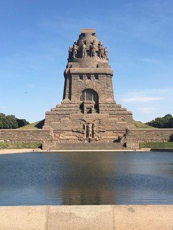 Der Eingang ist der winzige schwarze Punkt unterhalb der Statue...