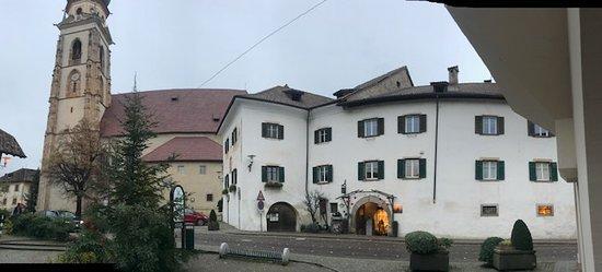 Dorfplatz St. Pauls - Eingang ins Vis à Vis Wein- und Genusshaus