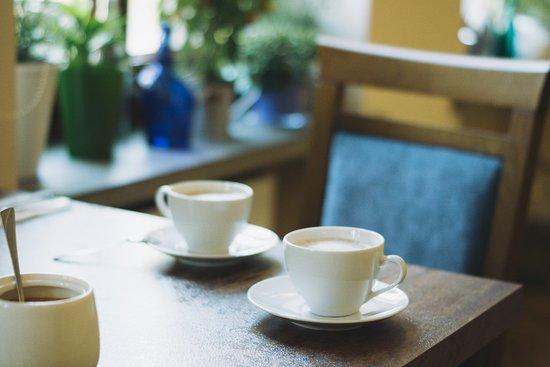 Świeżo mielona kawa w sali śnaidaniowej
