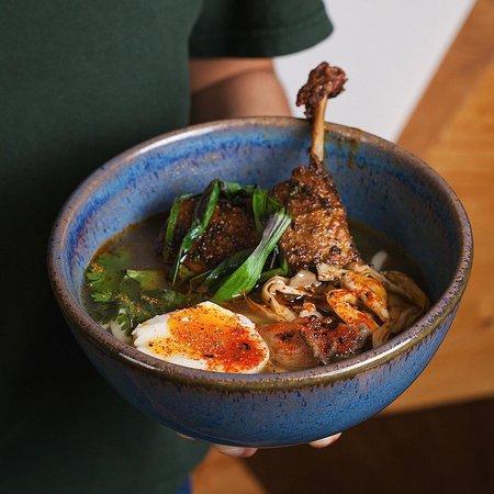 Пряный суп с хрустящей утиной ножкой, грибами и удоном