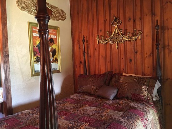 """""""Gone with the Wind"""" Lodge Room"""