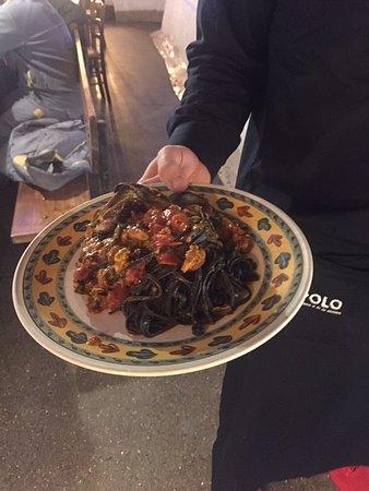 Tagliolini al nero di seppia con sugo di muscoli e pomodorini