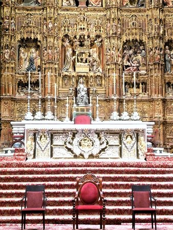 "Main altar at the ""Catedral de Sevilla""."