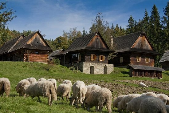 El pueblo de Valaquia en las montañas de Beskydy